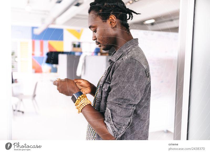 afrikanischer Jung-Unternehmer beim Schreiben von E-Mails auf dem Smartphone in der Firma Beruf Büro Business Unternehmen Telefon PDA Technik & Technologie