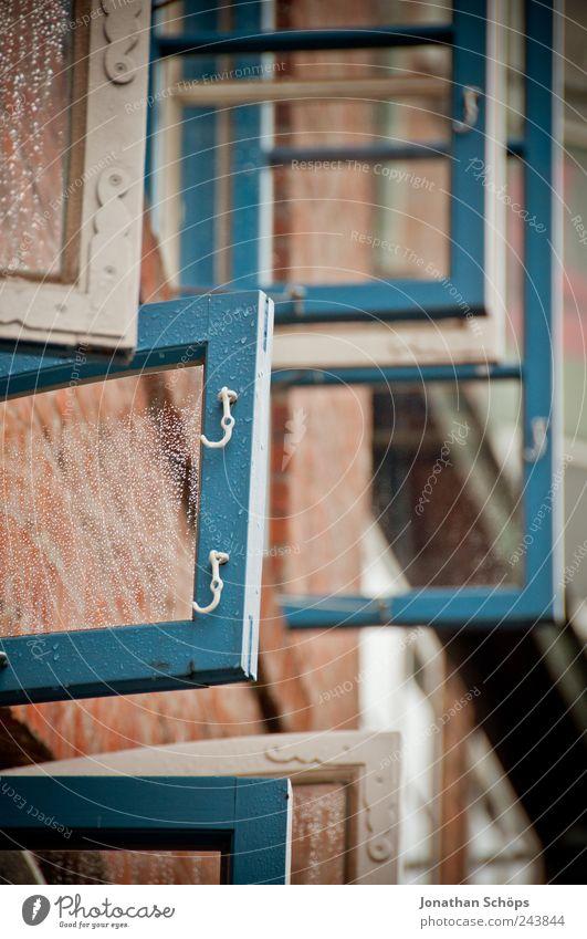 Rahmengeschichten Hafenstadt Haus Bauwerk Gebäude Fassade Fenster Häusliches Leben blau rot weiß Fensterrahmen Glasscheibe Haken Wand offen lüften nass