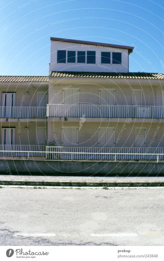 Vorsaison. Geschlossen. Dorf Fischerdorf Kleinstadt Haus Einfamilienhaus Platz Bauwerk Gebäude Architektur Mauer Wand Fassade Balkon Fenster Dach Dachrinne