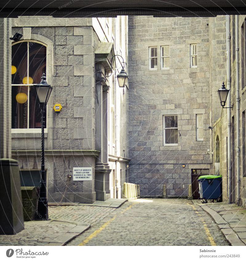 Hinterhof in Aberdeen Stadt Haus Straße Fenster Wand Architektur grau Stein Mauer Gebäude Fassade Bauwerk historisch Laterne Straßenbeleuchtung