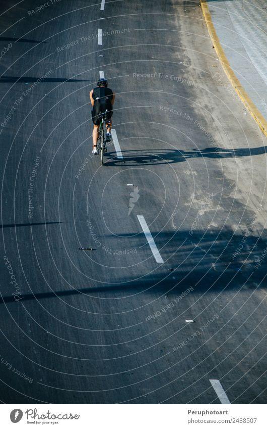 Radfahrer auf der Straße mit voller Geschwindigkeit Ferien & Urlaub & Reisen Abenteuer Strand Sport Fahrradfahren Frau Erwachsene Natur Bewegung Fitness