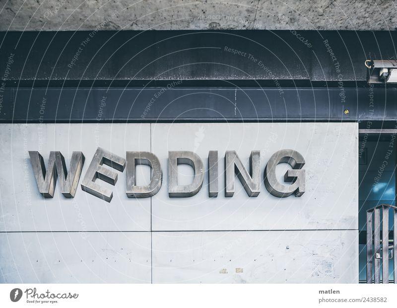 Hochzeit wackelt Stadt Hauptstadt Menschenleer Bahnhof Bauwerk Mauer Wand Fassade drehen blau grau schwarz Wedding wackeln Berlin Farbfoto Gedeckte Farben