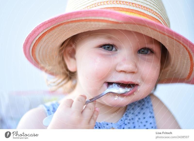 Kleinkind, Essen, Löffel, Sonnenhut Ernährung Kindererziehung Mädchen 1 Mensch 1-3 Jahre Strohhut blond kurzhaarig entdecken festhalten genießen Lächeln frech