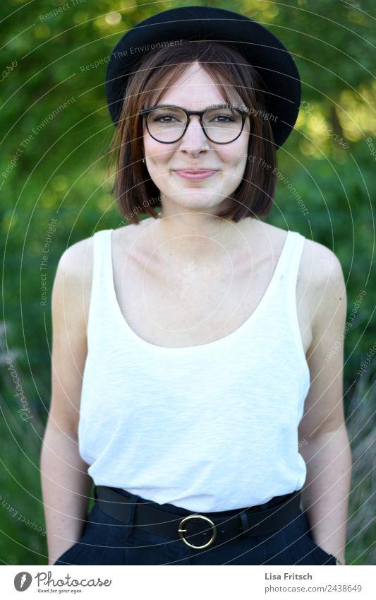 grinsen, weiblich, jung, hübsch feminin Junge Frau Jugendliche 1 Mensch 18-30 Jahre Erwachsene Piercing Brille Hut brünett kurzhaarig Lächeln leuchten