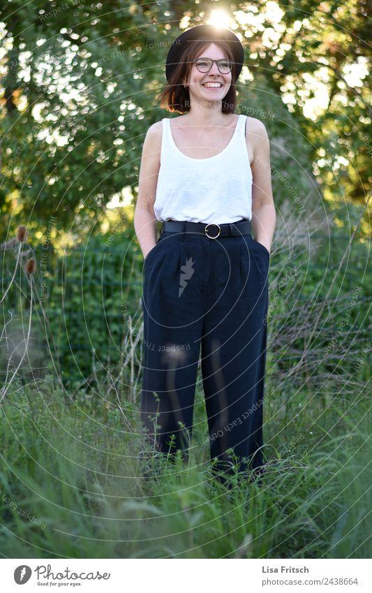 junge, hübsche Frau, Hut, Brille, grün, Sommer Mensch Natur Jugendliche Junge Frau schön 18-30 Jahre Erwachsene Lifestyle Umwelt feminin lachen Stil Glück Mode
