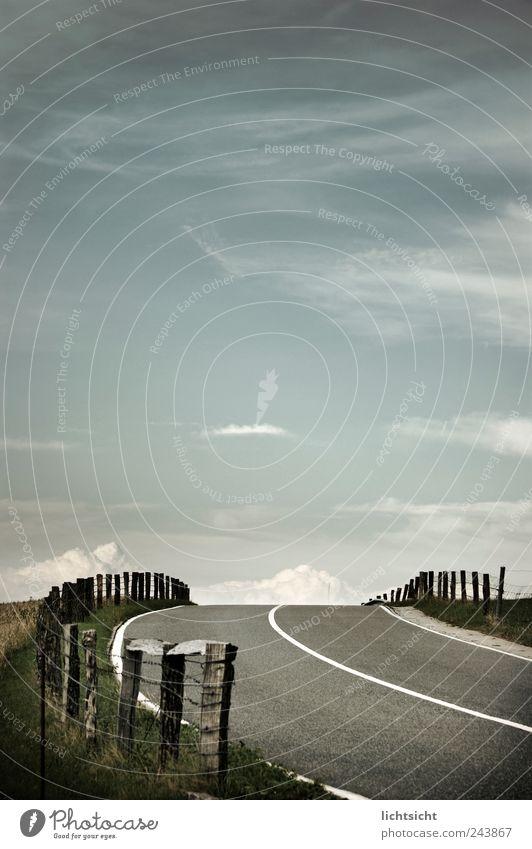 Wohin? Himmel Wolken Straße Gras Freiheit Wege & Pfade Landschaft Horizont Verkehr Ziel Asphalt Streifen Idylle Hügel Verkehrswege Zaun