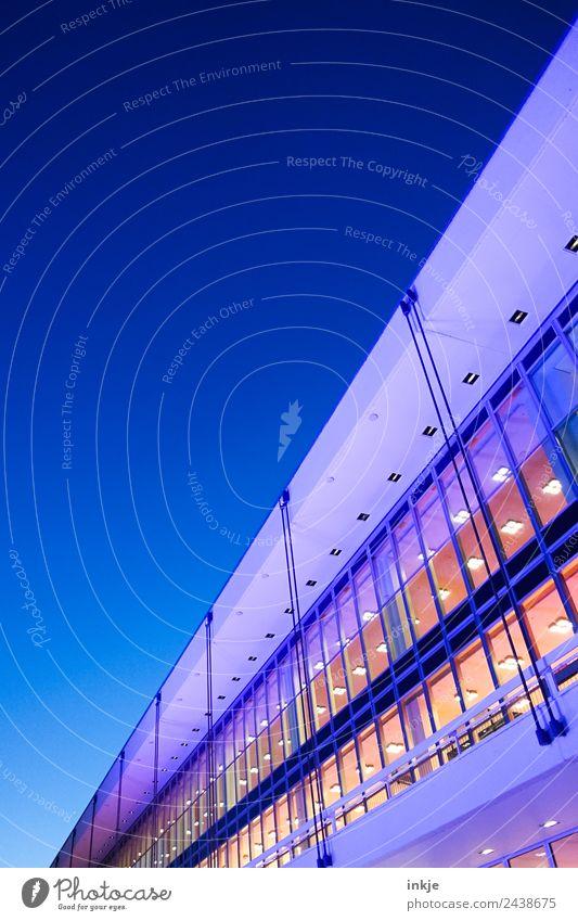 Dresden bei Nacht | UT Dresden Himmel Nachthimmel Menschenleer Gebäude Architektur Glasfassade Bürogebäude Fassade modern blau violett Nachtstimmung diagonal