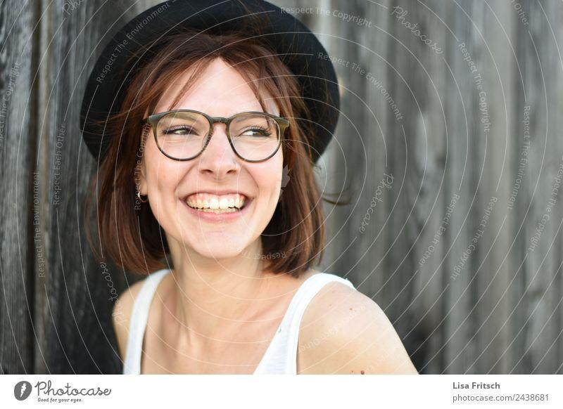 Junge lachende Frau, Brille, Hut, hübsch Mensch Ferien & Urlaub & Reisen Jugendliche Junge Frau schön Freude 18-30 Jahre Erwachsene Lifestyle Leben Gesundheit