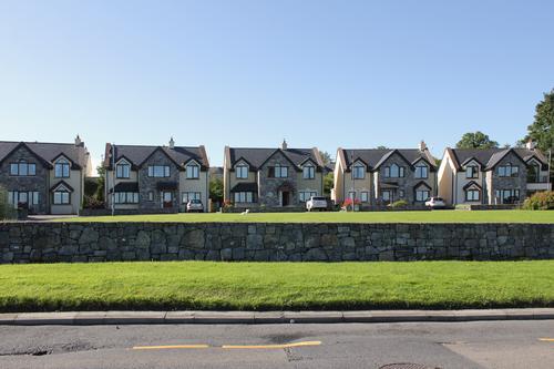 Reihe baugleicher Häuser nahe Dublin Sommer blau grün Landschaft Haus Straße Architektur Wand Umwelt Gras Gebäude Mauer Garten Fassade Wohnung Horizont