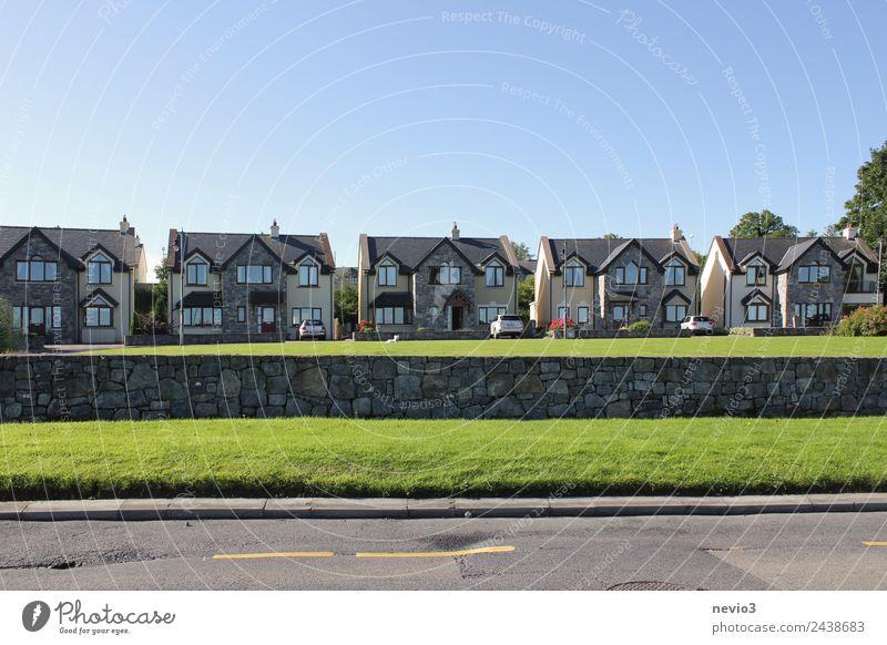 Reihe baugleicher Häuser nahe Dublin Umwelt Wolkenloser Himmel Horizont Sommer Gras Garten Dorf Haus Einfamilienhaus Bauwerk Gebäude Architektur Mauer Wand
