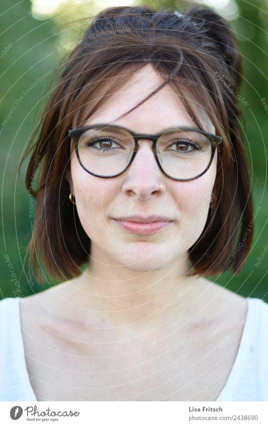Portrait, Frau, Brille, Nasenpiercing schön Gesicht Gesundheit feminin Junge Frau Jugendliche 1 Mensch 18-30 Jahre Erwachsene Piercing brünett kurzhaarig