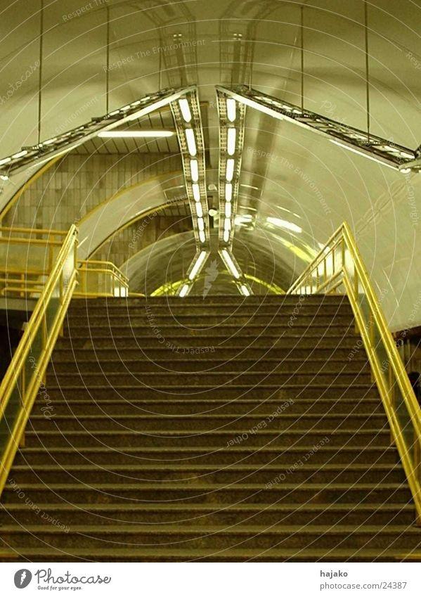 Heuschrecke Symmetrie Verkehr Treppe U-Bahn Licht leer