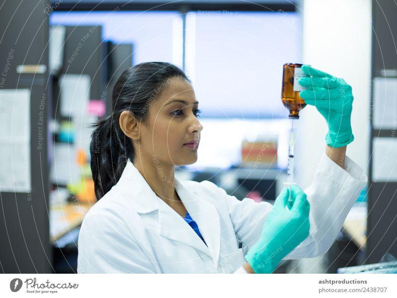 Entnahme von Flüssigkeit aus einer Flasche Medikament Labor Prüfung & Examen Arbeit & Erwerbstätigkeit Arzt Industrie Karriere Technik & Technologie