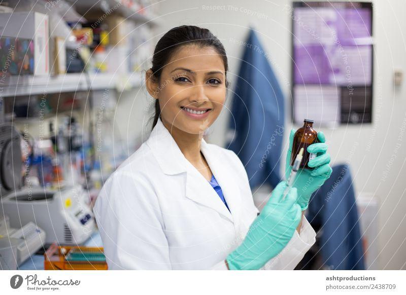 Nadel und Spritze Medikament Labor Prüfung & Examen Arbeit & Erwerbstätigkeit Arzt Industrie Karriere Technik & Technologie Wissenschaften Mensch Frau
