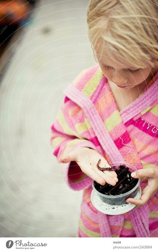 Wurmkur Angeln Kind Mensch Mädchen Kindheit Kopf Haare & Frisuren Hand 1 3-8 Jahre blond festhalten Ekel Mut Konzentration Angelköder Bademantel Steg Farbfoto
