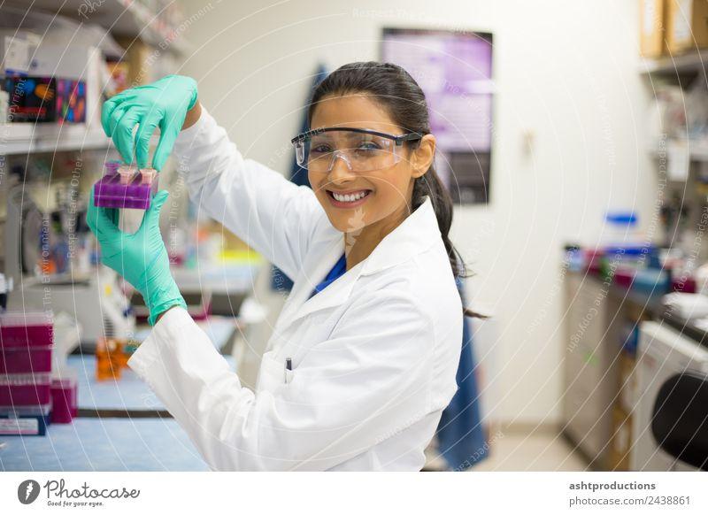 Gerne Laborversuche durchführen Behandlung Medikament Wissenschaften Prüfung & Examen Arzt Industrie Karriere Technik & Technologie Mensch Junge Frau
