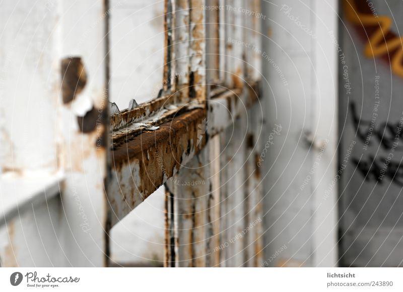 neu wird alt Menschenleer Fassade Fenster kaputt braun weiß Endzeitstimmung Perspektive Verfall Vergänglichkeit Zerstörung Zerbrochenes Fenster Glassplitter