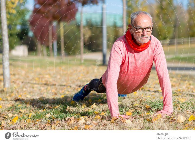 Senior Man beim Training im Park Diät Lifestyle Körper Freizeit & Hobby Sommer Sport Joggen Mensch maskulin Mann Erwachsene Männlicher Senior Fuß 1 60 und älter