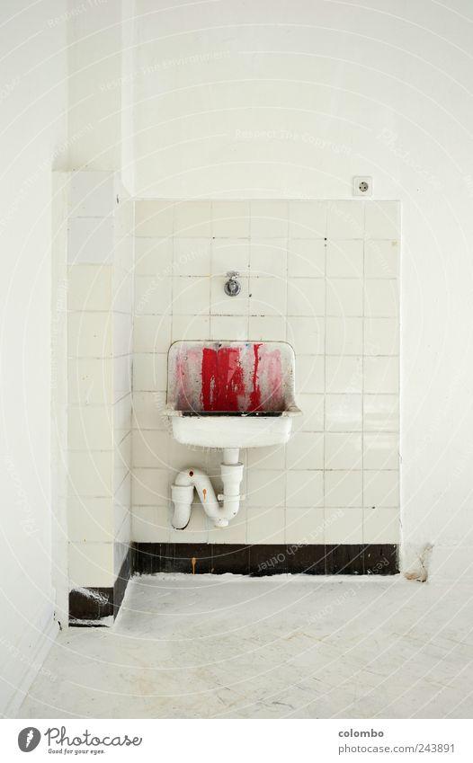 waschbecken 1 Wasser weiß rot Haus Wand Architektur Mauer Kunst Angst dreckig Beton gefährlich streichen Kreativität Fliesen u. Kacheln Todesangst