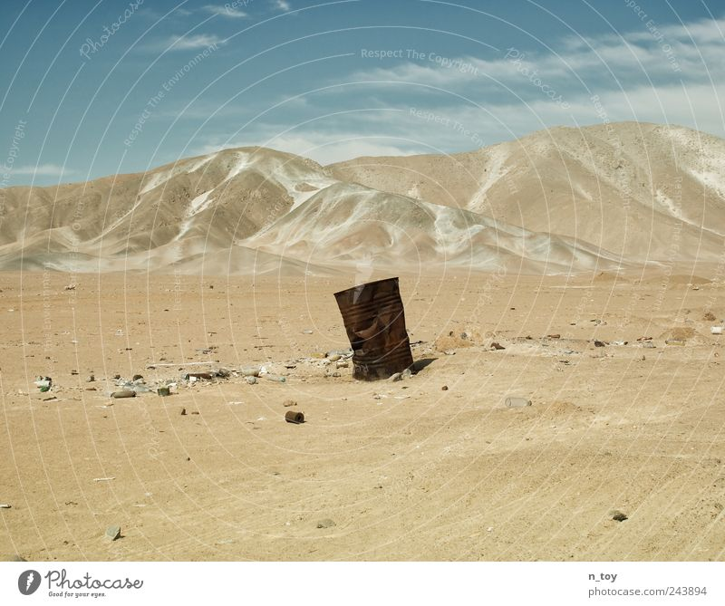 Sandkasten Himmel Wolken Einsamkeit Berge u. Gebirge Landschaft leer trist Wüste Müll Rost Zerstörung Müllbehälter Fass Südamerika Peru