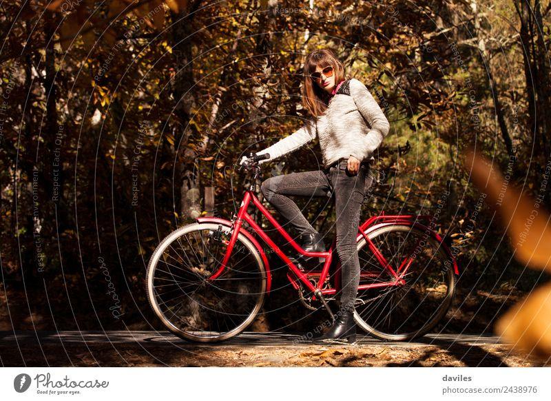 Mädchen mit einem klassischen Fahrrad mitten im Wald. Lifestyle Ferien & Urlaub & Reisen Ausflug Freiheit Mensch Junge Frau Jugendliche Erwachsene 1 18-30 Jahre