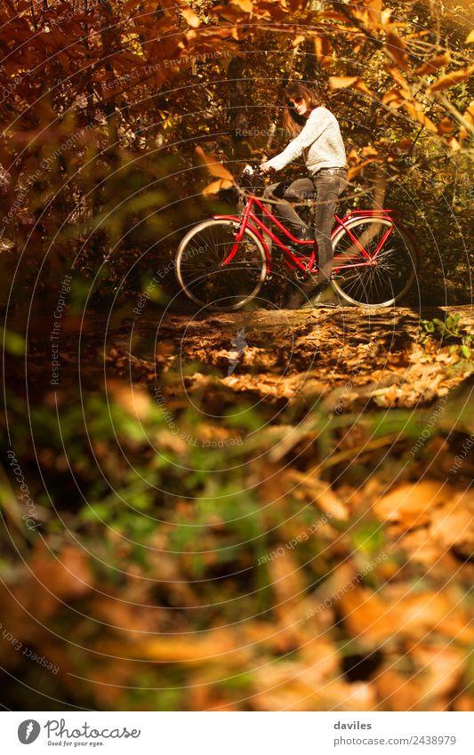 Frau auf dem Fahrrad im Wald Lifestyle Glück Ferien & Urlaub & Reisen Ausflug Garten Sport Mensch Junger Mann Jugendliche Erwachsene 1 18-30 Jahre Natur Baum
