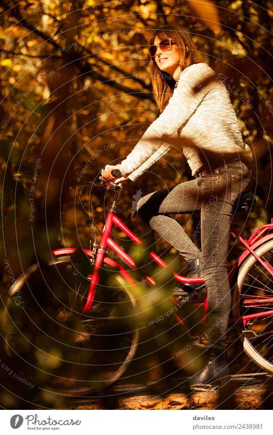 Eine Frau mit einem Fahrrad mitten im Wald. Lifestyle Leben Ferien & Urlaub & Reisen Ausflug Abenteuer Sport Mensch Junge Frau Jugendliche Erwachsene 1