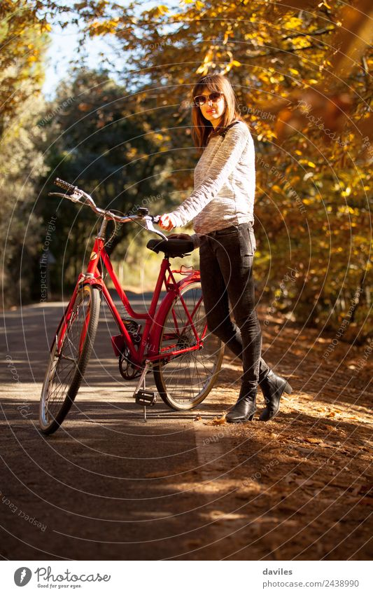 Mensch Natur Ferien & Urlaub & Reisen Jugendliche schön Junger Mann Baum 18-30 Jahre Erwachsene Lifestyle Herbst feminin Stil Garten Mode Ausflug