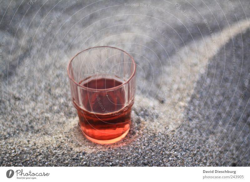 Abend am Meer rot ruhig Sand Glas Getränk lecker Alkohol Roséwein Erfrischungsgetränk Durstlöscher Objektfotografie halbvoll Vor hellem Hintergrund