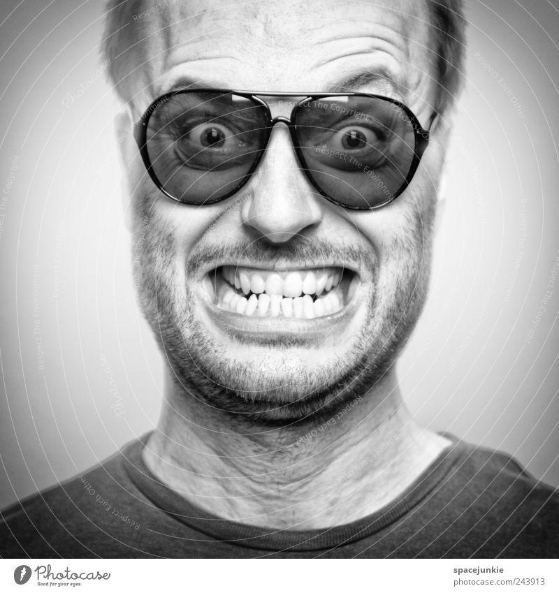 Kokain Mensch Mann Erwachsene Gesicht lustig maskulin verrückt bedrohlich Brille Zähne gruselig Wut Gewalt Bart skurril Sonnenbrille