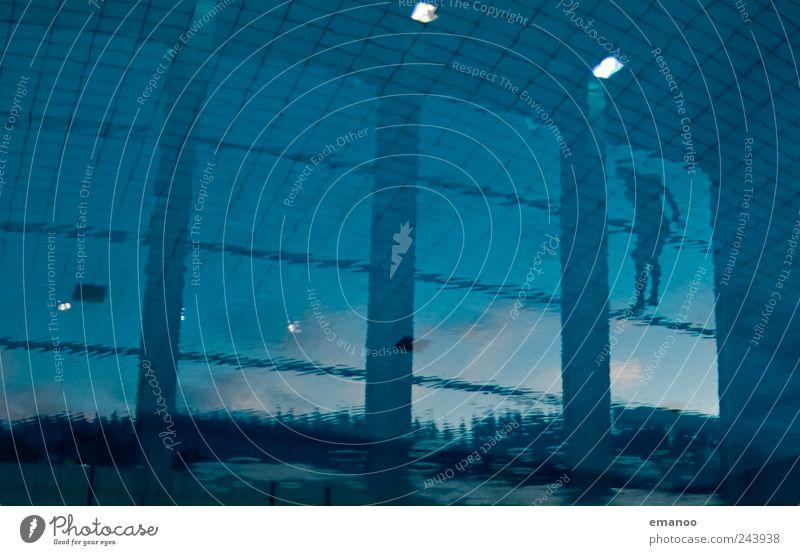 zwischen Himmel und Wasser Mensch Himmel blau Wasser Freude Leben kalt Fenster Sport Freiheit Bewegung springen Stil Luft fliegen Schwimmen & Baden