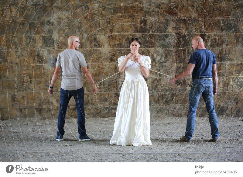 feste Bindung Frau Mensch Mann Erwachsene Leben Wand Gefühle Paar Mauer außergewöhnlich Zusammensein stehen Hochzeit Seil festhalten
