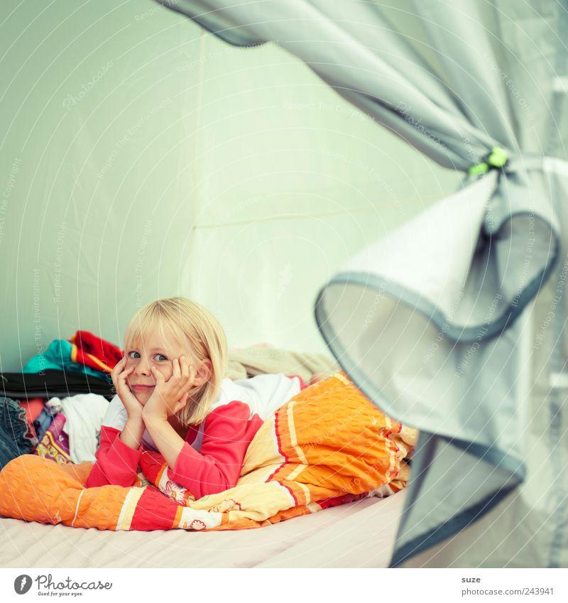 Regnet es noch? Kind Hand Ferien & Urlaub & Reisen Mädchen Gesicht lustig Kindheit blond warten liegen Bett Bettwäsche Camping Langeweile Zelt Bettdecke