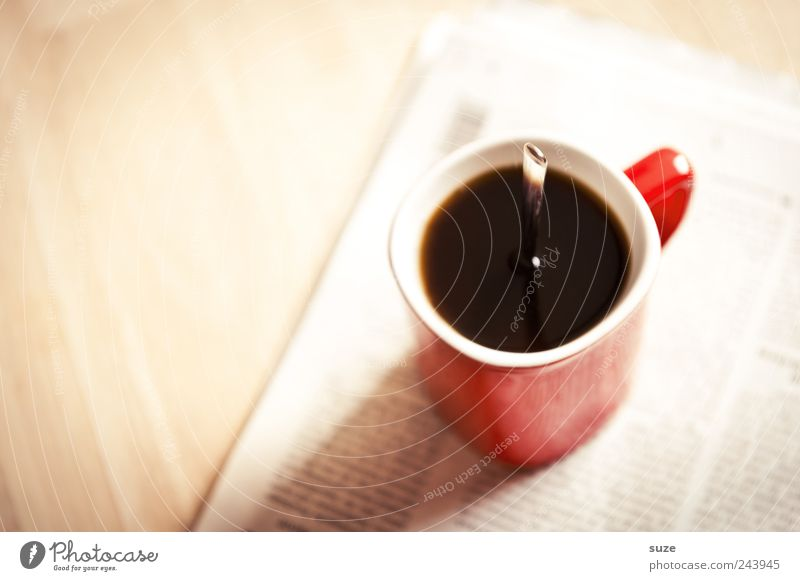 Stark im Geschmack rot schwarz lustig Arbeit & Erwerbstätigkeit Tisch stehen Kaffee Information Zeitung Kreativität stark Tasse skurril genießen Idee Wirtschaft