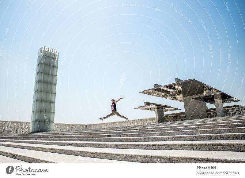 """The Jump for Joy Lifestyle feminin Junge Frau Jugendliche Erwachsene Leben 1 Mensch 30-45 Jahre Architektur Doha Katar Arabien """"Glasturm modernes Gebäude"""""""