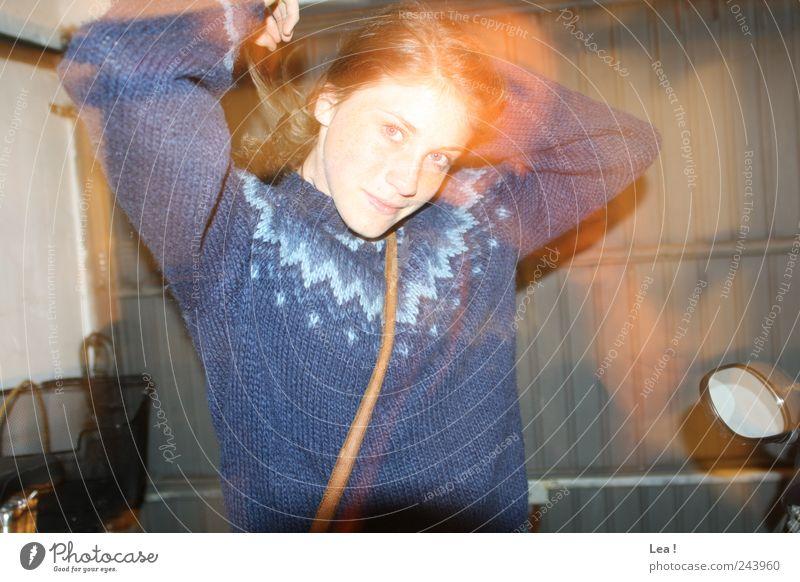 move Jugendliche blau feminin Bewegung Junge Frau drehen brünett Pullover Tasche Eile Frau
