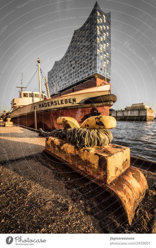 Anlegestelle in Hamburg mit Elbphilharmonie im Hintergrund Europa Deutschland Norddeutschland Abend Romantik Idylle ruhig braun Himmel Wolkenloser Himmel
