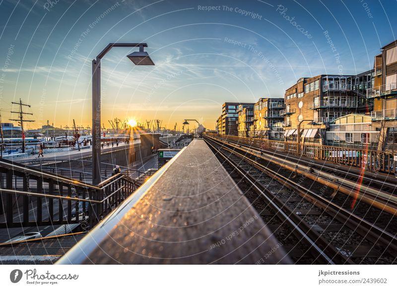 Hamburg Hafen Sonnenuntergang Europa Deutschland blau gelb weiß hell Treppe Verkehr Wasser Wasserfahrzeug kalt Lampe Reflexion & Spiegelung Landungsbrücken