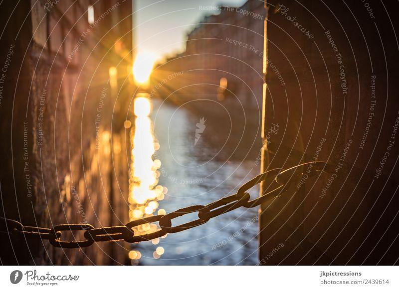 Kette bei Sonnenuntergang in der Speicherstadt Dämmerung Abend Licht Romantik Backstein Alte Speicherstadt Hamburg Deutschland Weltkulturerbe Wasser
