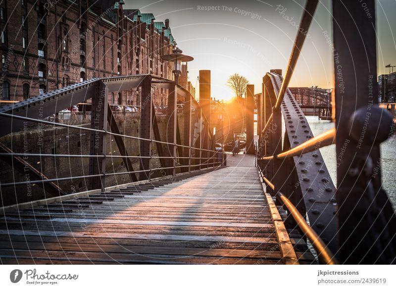 Alte Brücke in Hamburg Speicherstadt bei Sonnenuntergang Dämmerung Abend Licht Romantik Backstein Alte Speicherstadt Deutschland Weltkulturerbe Wasser