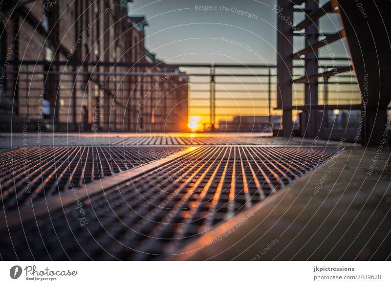 Sonnenuntergang, Spiegelungen auf Stahl Dämmerung Abend Licht Romantik Backstein Alte Speicherstadt Hamburg Deutschland Weltkulturerbe Wasser Blauer Himmel