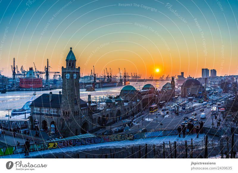 Hamburg Hafen Landungsbrücken Sonnenuntergang im Winter Europa Deutschland Norddeutschland Schnee Eis Elbe gefroren Wasser Kanal Straße PKW Verkehr
