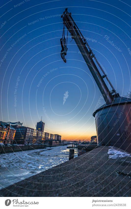 Hamburg Kran in der Speicherstadt im Winter Himmel Wasser Wolken Beleuchtung Holz Gebäude Deutschland Fassade Eis Europa Brücke Bauwerk Geländer Hafen
