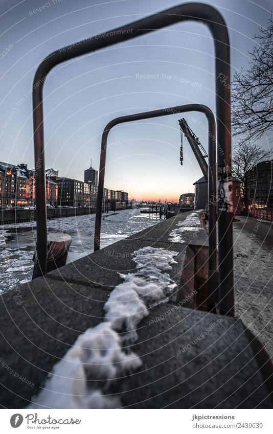 Speicherstadt Hamburg im Winter Himmel Wasser Wolken dunkel Beleuchtung Schnee Holz Gebäude Deutschland Fassade Europa Brücke Bauwerk Geländer Hafen