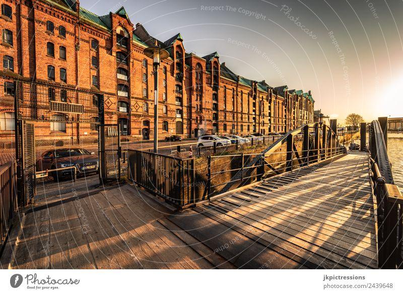 Speicherstadt Hamburg, Brücke bei Sonnenuntergang Dämmerung Abend Licht Romantik Backstein Alte Speicherstadt Deutschland Weltkulturerbe Wasser Blauer Himmel