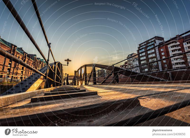 Brücke in der Speicherstadt Hamburg Dämmerung Abend Sonnenuntergang Licht Romantik Backstein Alte Speicherstadt Deutschland Weltkulturerbe Wasser Blauer Himmel