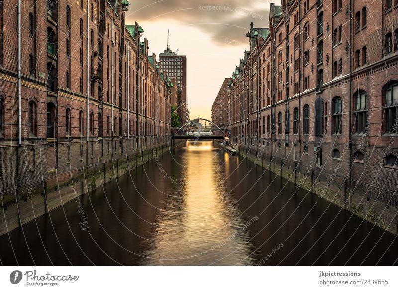 Hamburg Speicherstadt, Fleet, Abenddämmerung alt schön Wasser Haus Wolken ruhig dunkel Architektur Gebäude Deutschland Romantik Brücke historisch Industrie