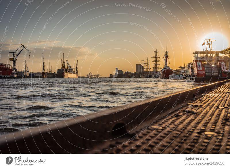 Hamburg Landungsbrücken bei Sonnenuntergang Dämmerung Abend Romantik Deutschland Wasser Blauer Himmel Wolken Baum Haus Hafen Kanal schön ruhig besinnlich