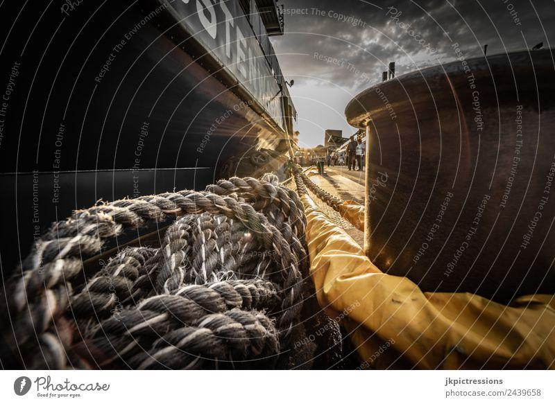Schiff mit Tauwerk, Seil festgemacht in Hamburg Deutschland Hafen Industrie Wolken Himmel Sonne Stahl Poller alt Rost Weitwinkel dramatisch Wasserfahrzeug