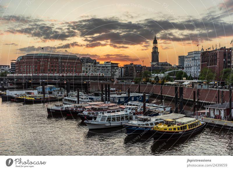 Hamburg Hafen / Speicherstadt bei Abenddämmerung Dämmerung Sonnenuntergang Romantik Backstein Alte Speicherstadt Deutschland Weltkulturerbe Wasser Blauer Himmel